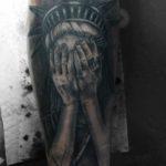 тату статуя свободы плачет